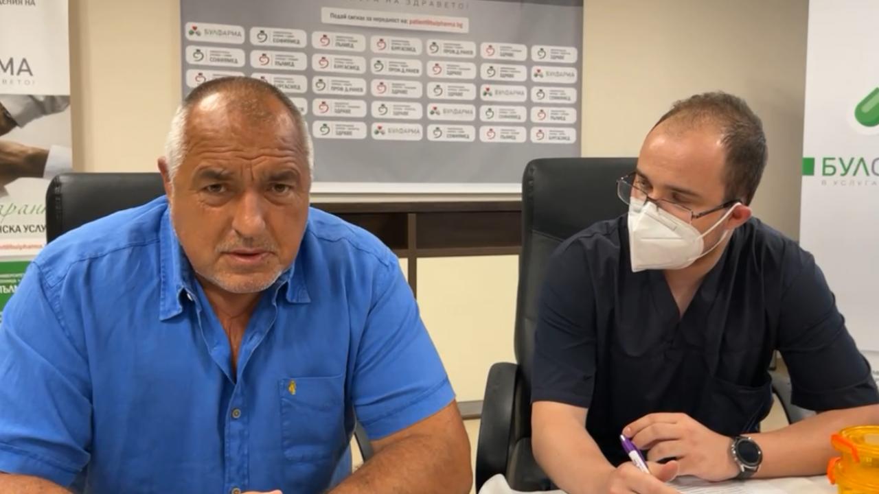 Бойко Борисов се ваксинира на живо във фейсбук срещу COVID-19