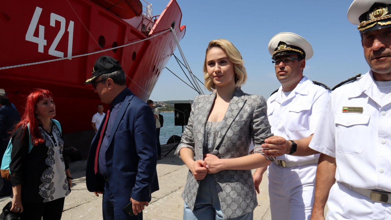 Мария Бакалова стана кръстница на първия български военен научноизследователски кораб