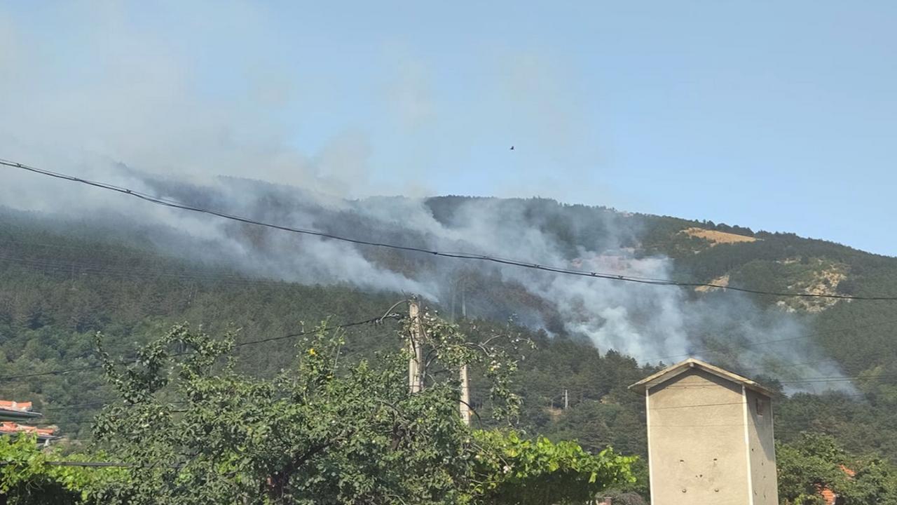 Втори ден военнослужещи помагат в борбата с големия пожар в  Твърдица