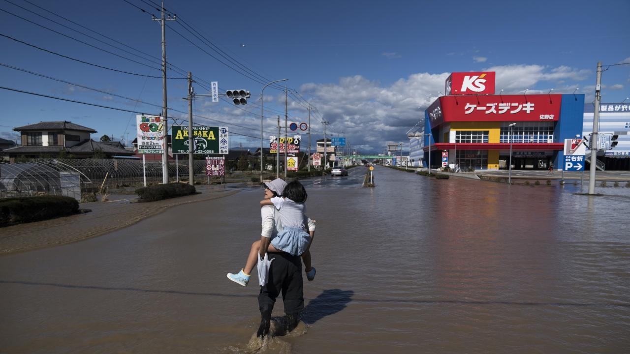 Тропическата буря Непартак връхлетя Северна Япония, но пощади Токио