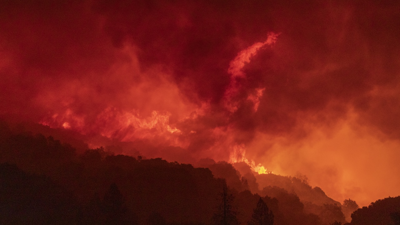 Голям пожар избухна в Анталия
