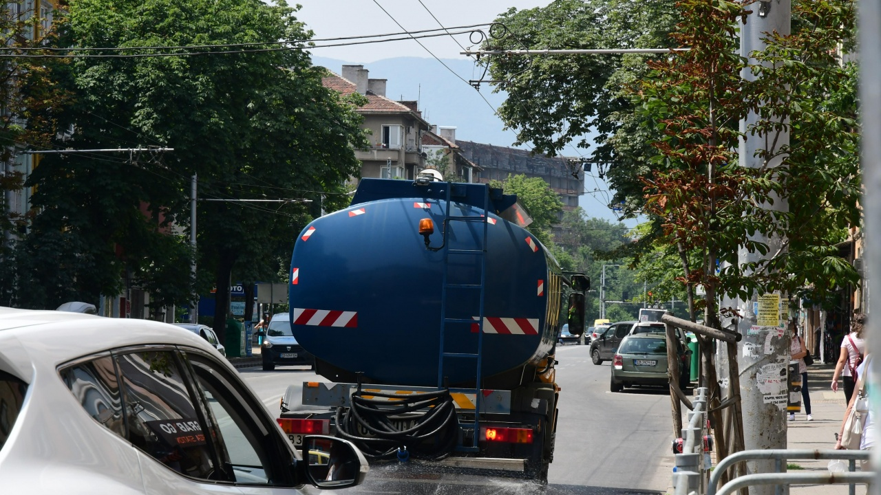 В Русе заради жегата раздават минерална вода и оросяват улиците