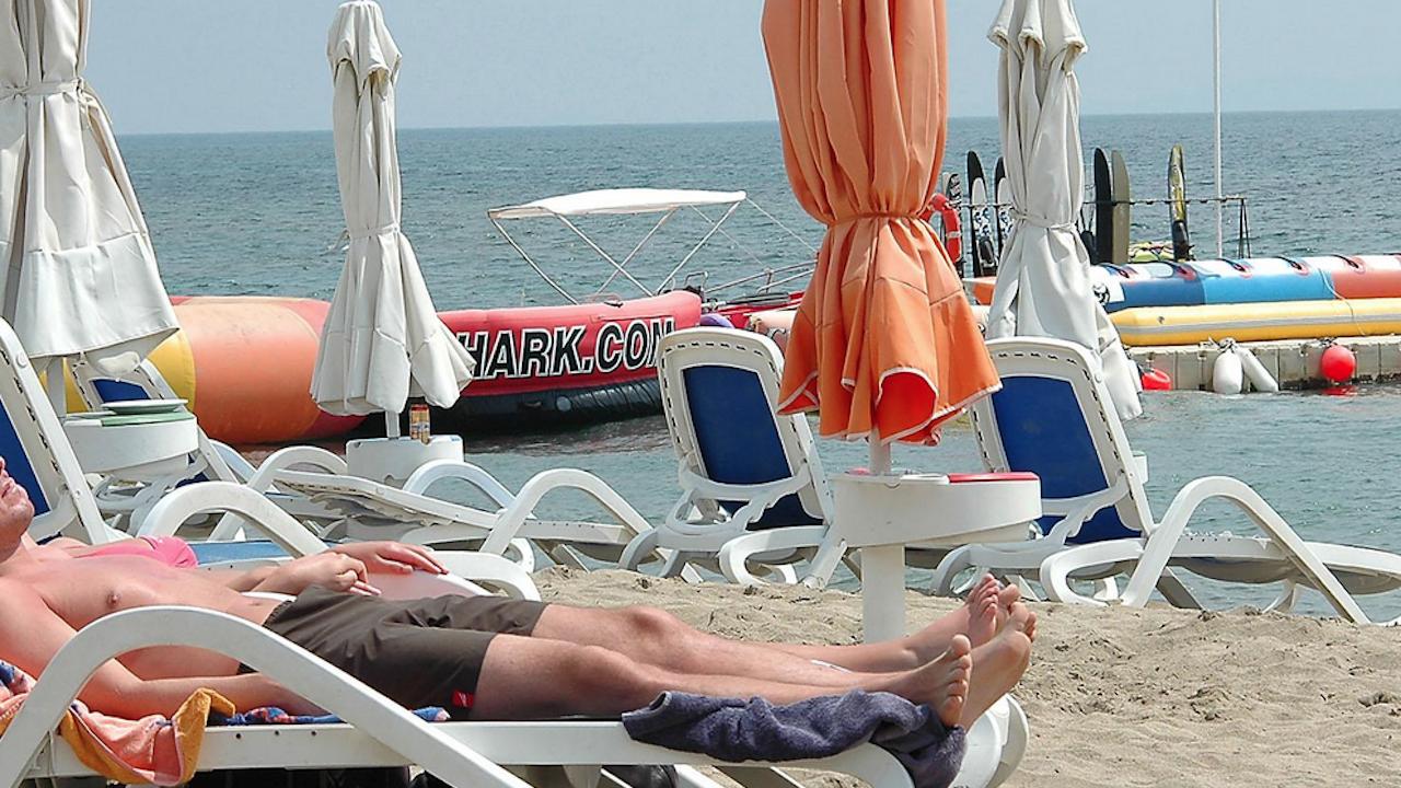 Туристи си разменят една и съща касова бележка за чадъри и шезлонги на плажа