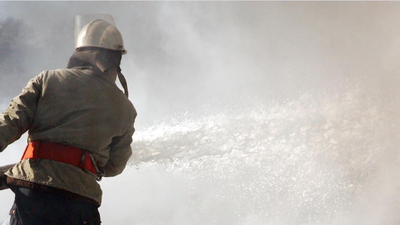 Огнеборци гасиха пожар в шивашки цех във Върбица