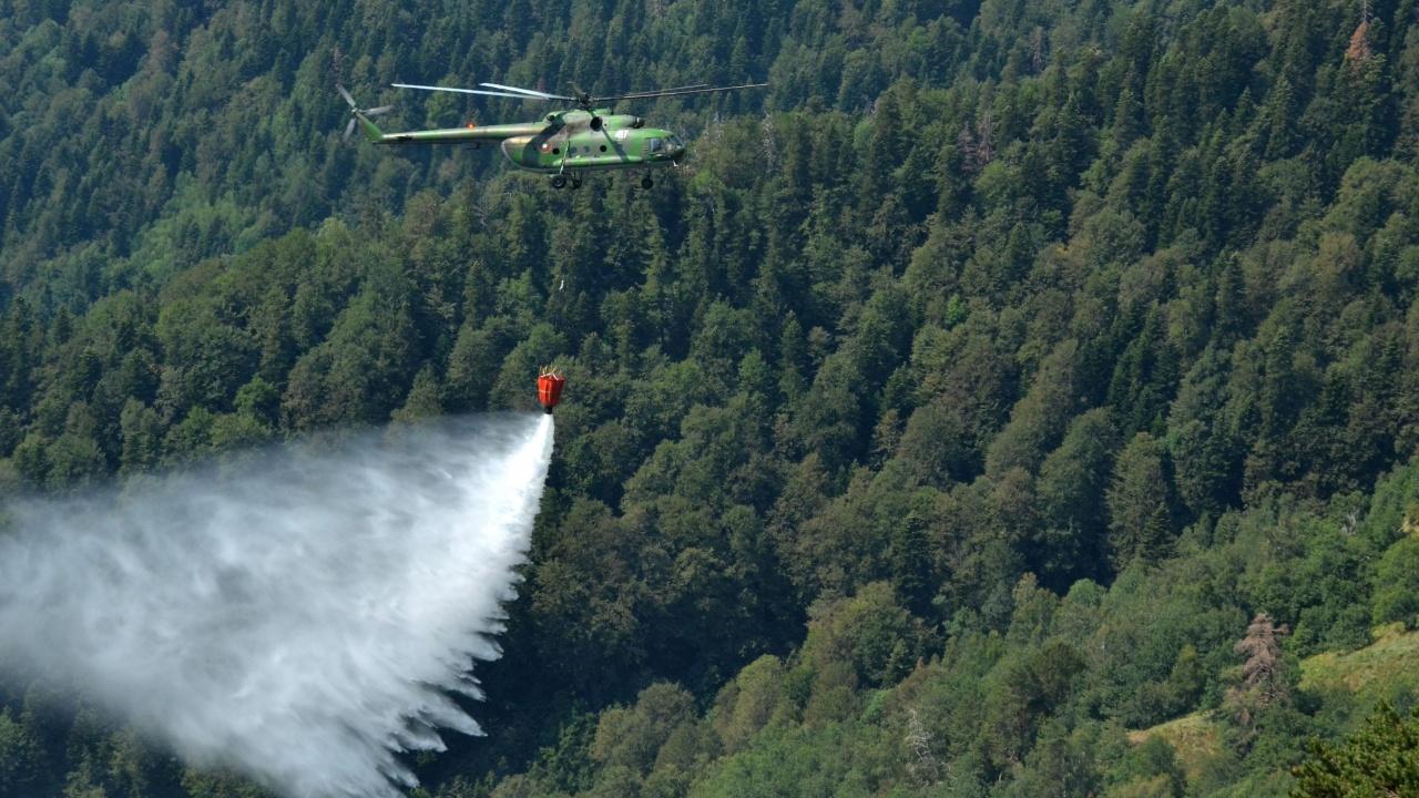 Хеликоптер се включва в гасенето на голям горски пожар в Карловско
