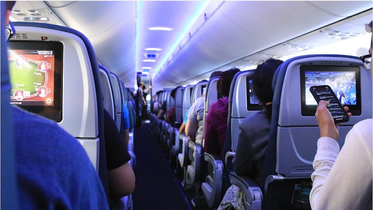 Агресия в самолета: Укротиха пътник, като го облепиха с изолирбанд в САЩ