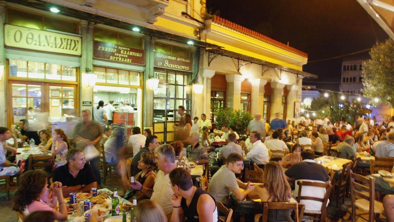 Гърция наложи полицейски час, забрани и музиката на два популярни острова