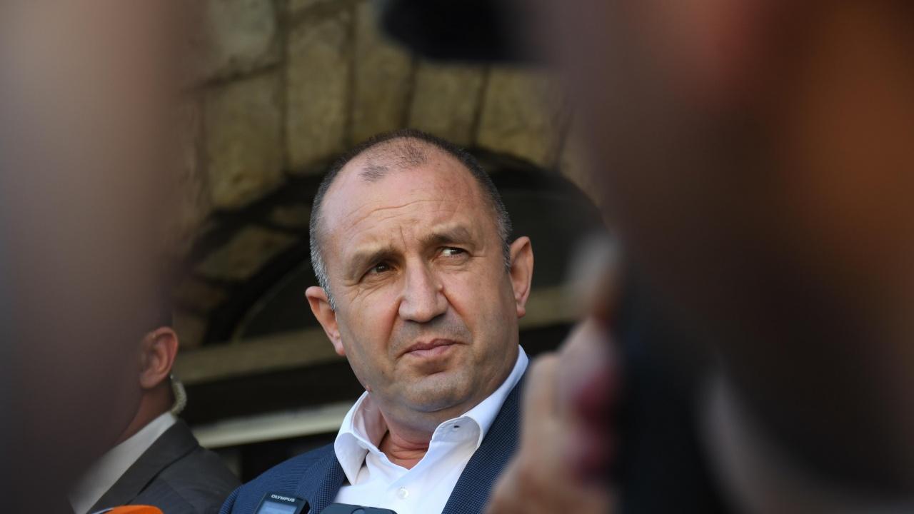 Румен Радев събира на спешна среща част от служебния кабинет заради COVID-19