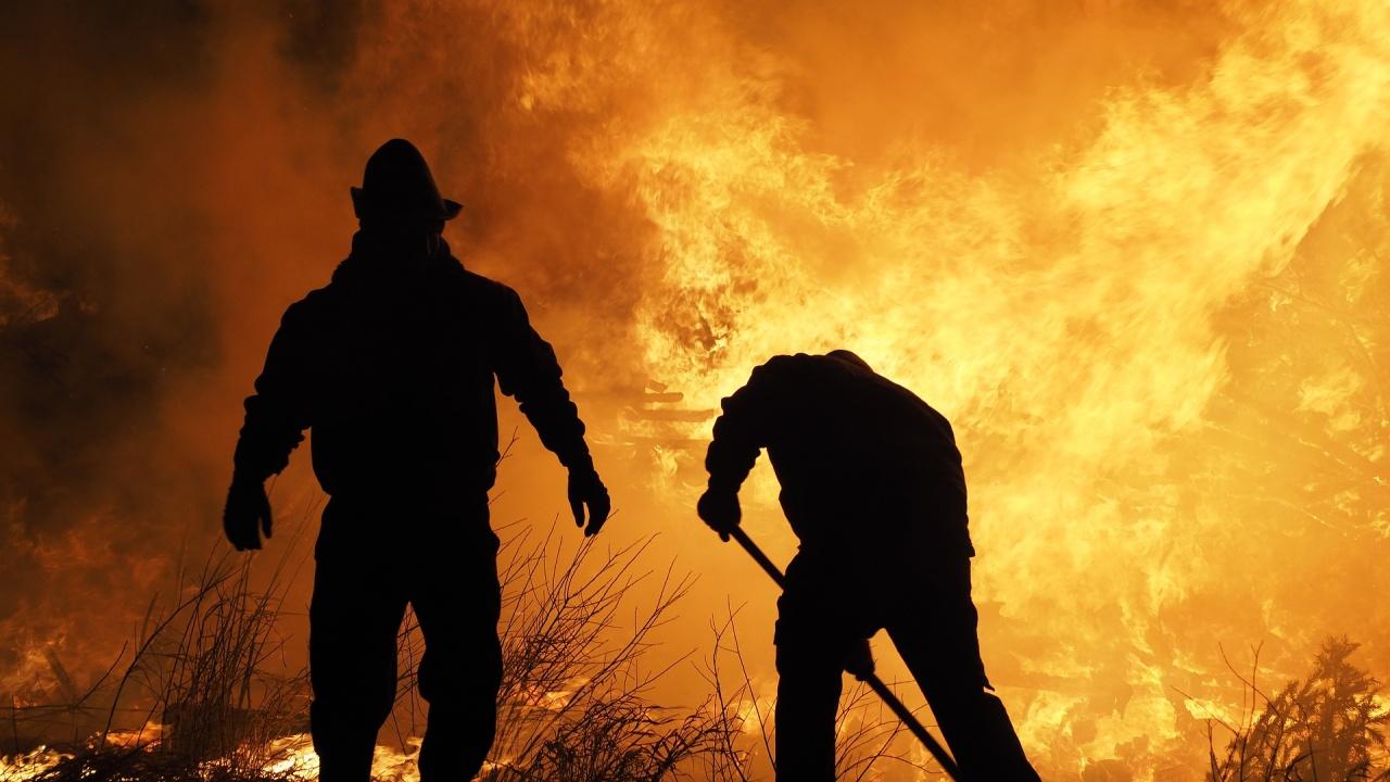 Пожари продължават да бушуват на 13 места в Турция