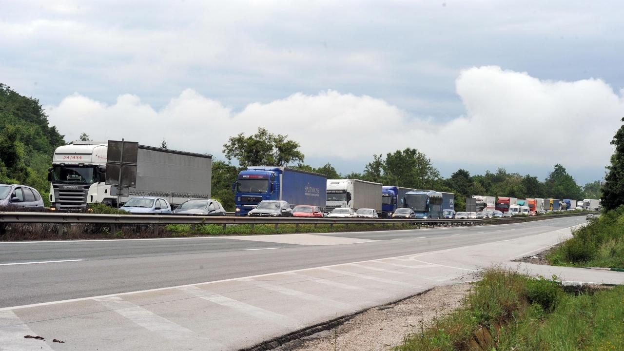 """Ограничават движението на камионите по """"Хемус"""" в посока София"""