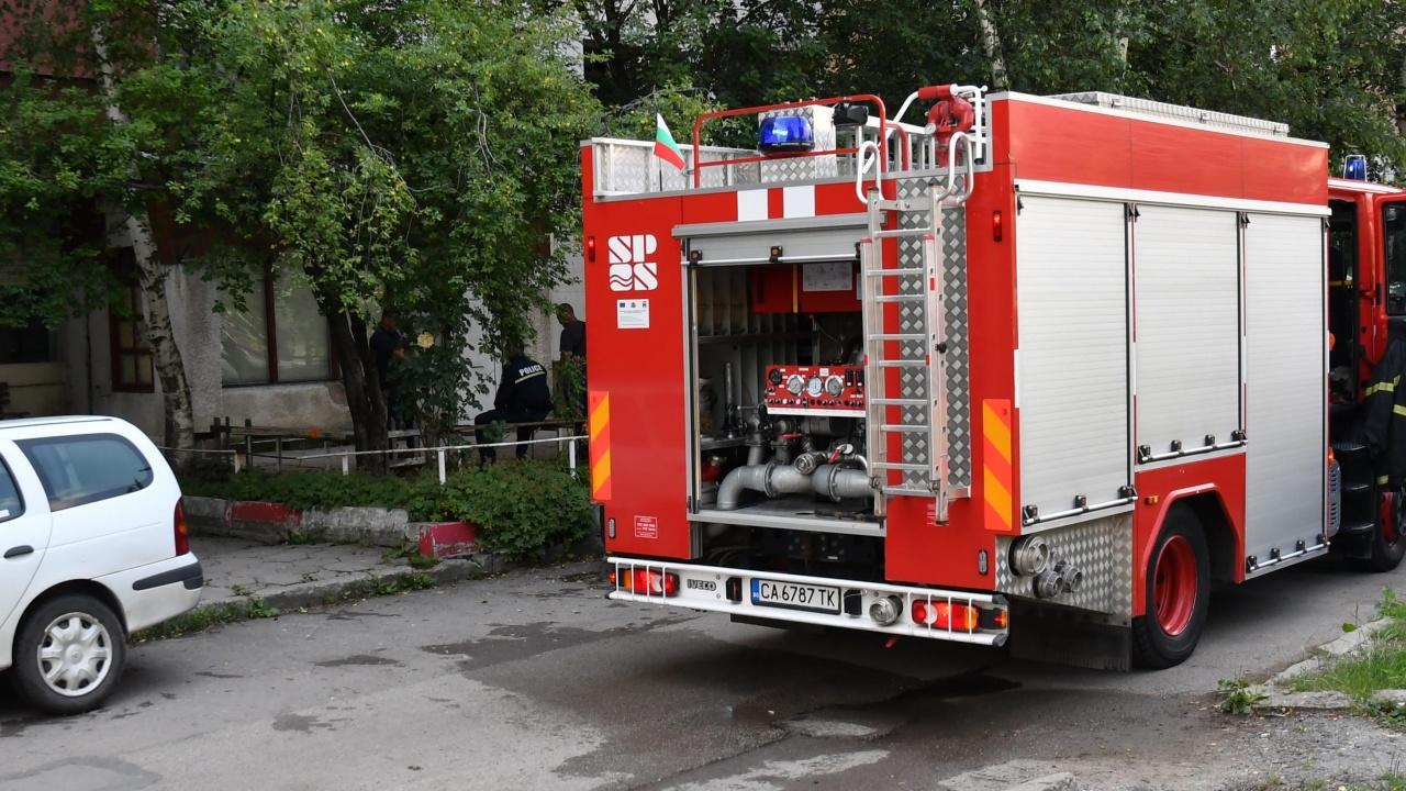 Апартамент горя в Пазарджик, евакуираха 14 възрастни и деца