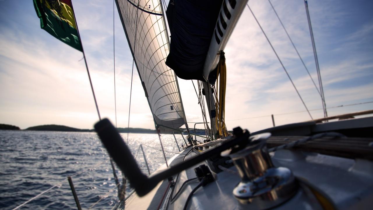 Яхта със 17 пътници на борда е потънала край гръцкия остров Милос