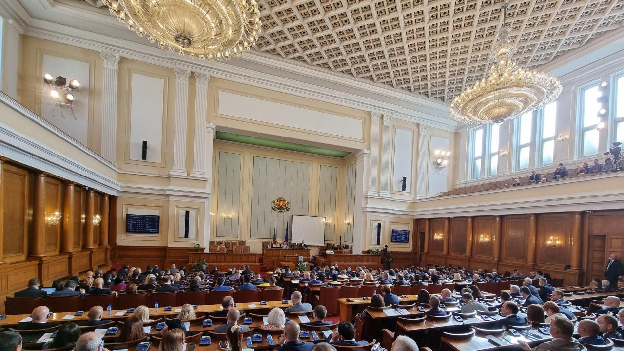 НС с извънредно заседание! Депутатите обсъждат полицейското насилие на протестите