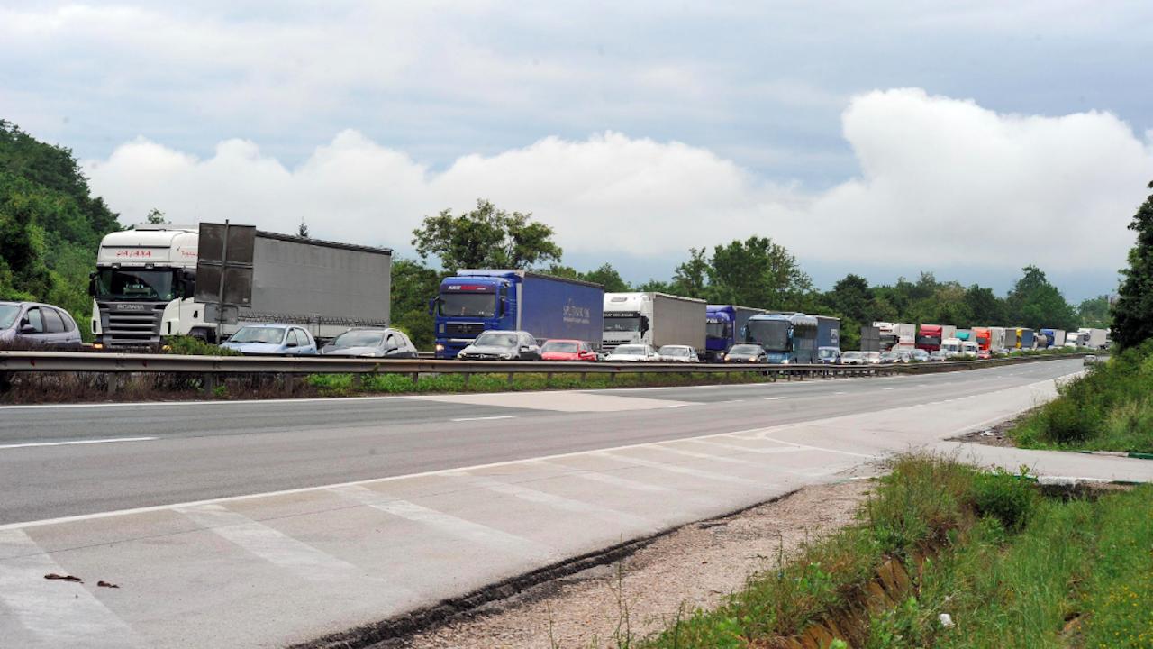 """Ограничава се движението в изпреварващата лента на магистрала """"Марица"""" в посока София"""