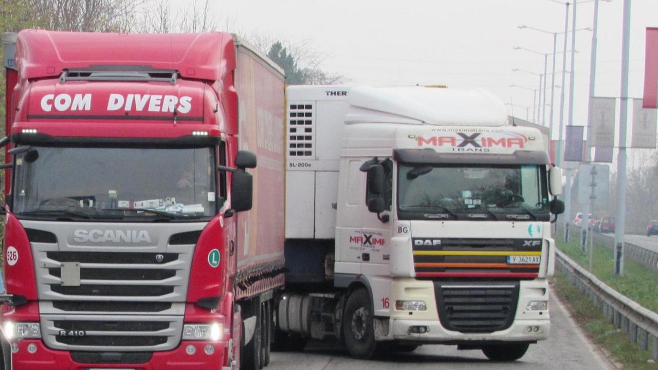"""На 22 и 23 август се ограничава движението в посока София на камионите над 12 т между 47-ми и 30-ти км на АМ """"Хемус"""""""