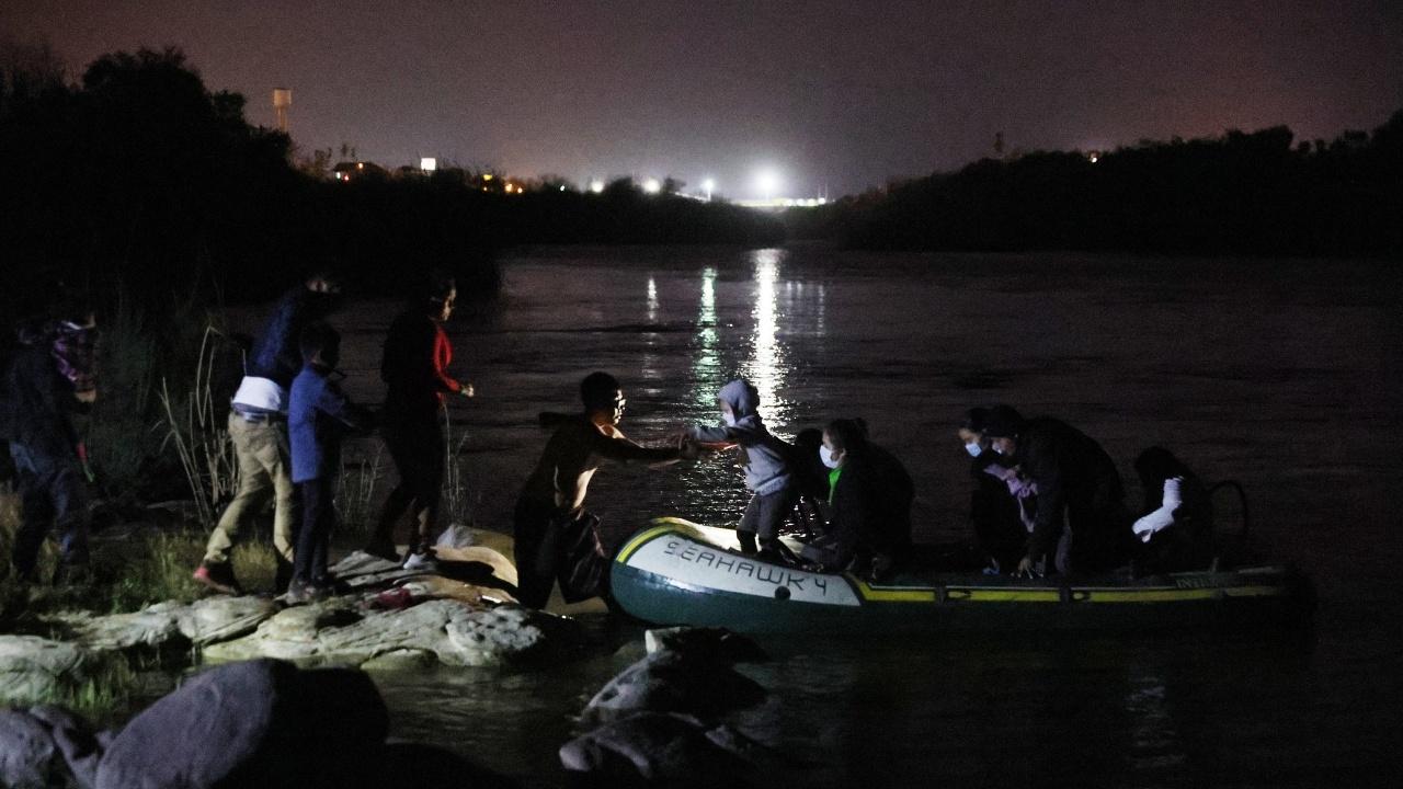 Стотина мигранти бяха спасени в Ламанша на път за Великобритания