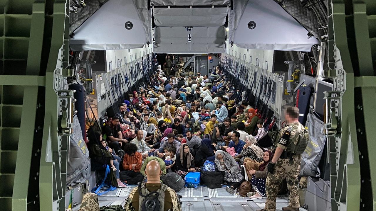 Френският въздушен мост за евакуация от Афганистан ще спре да действа след три дни