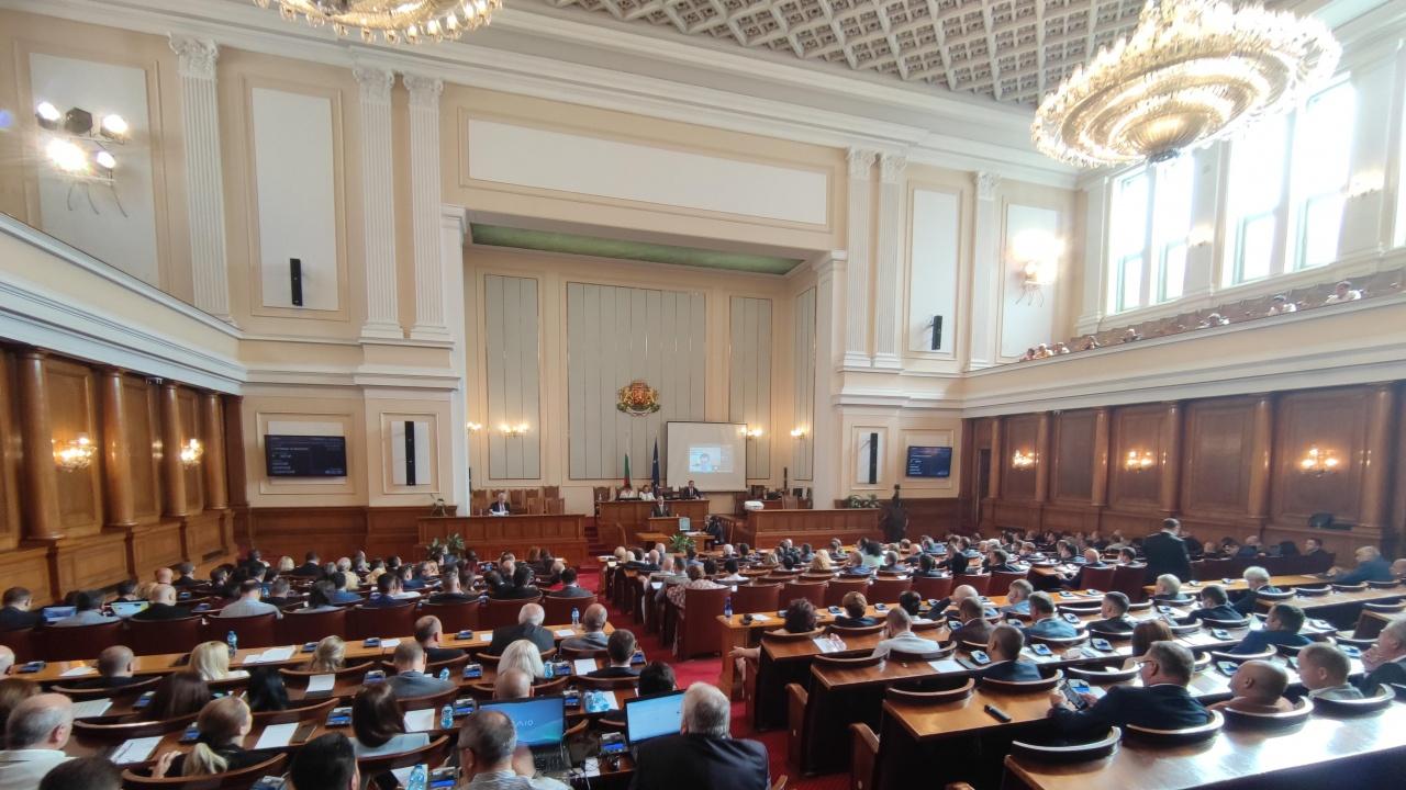 Депутатите гласуват актуализацията на бюджетите на НЗОК и ДОО