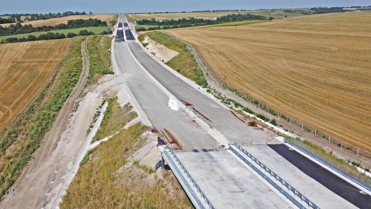 """""""Автомагистрали"""" сами строят 3 км път"""