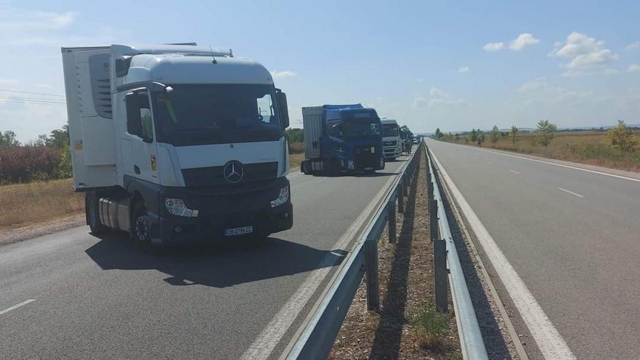 Камиони блокираха движението на Дунав мост 2