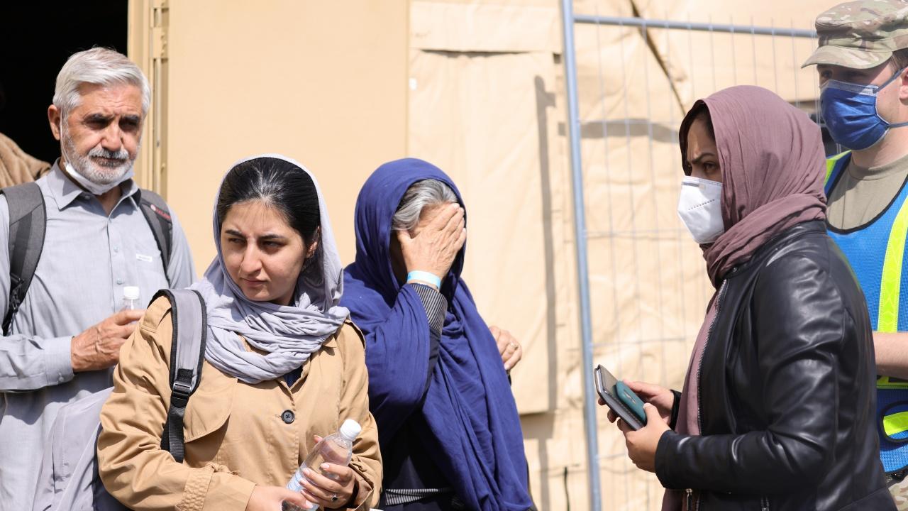 Първата група от афганистански бежанци пристигна в Албания