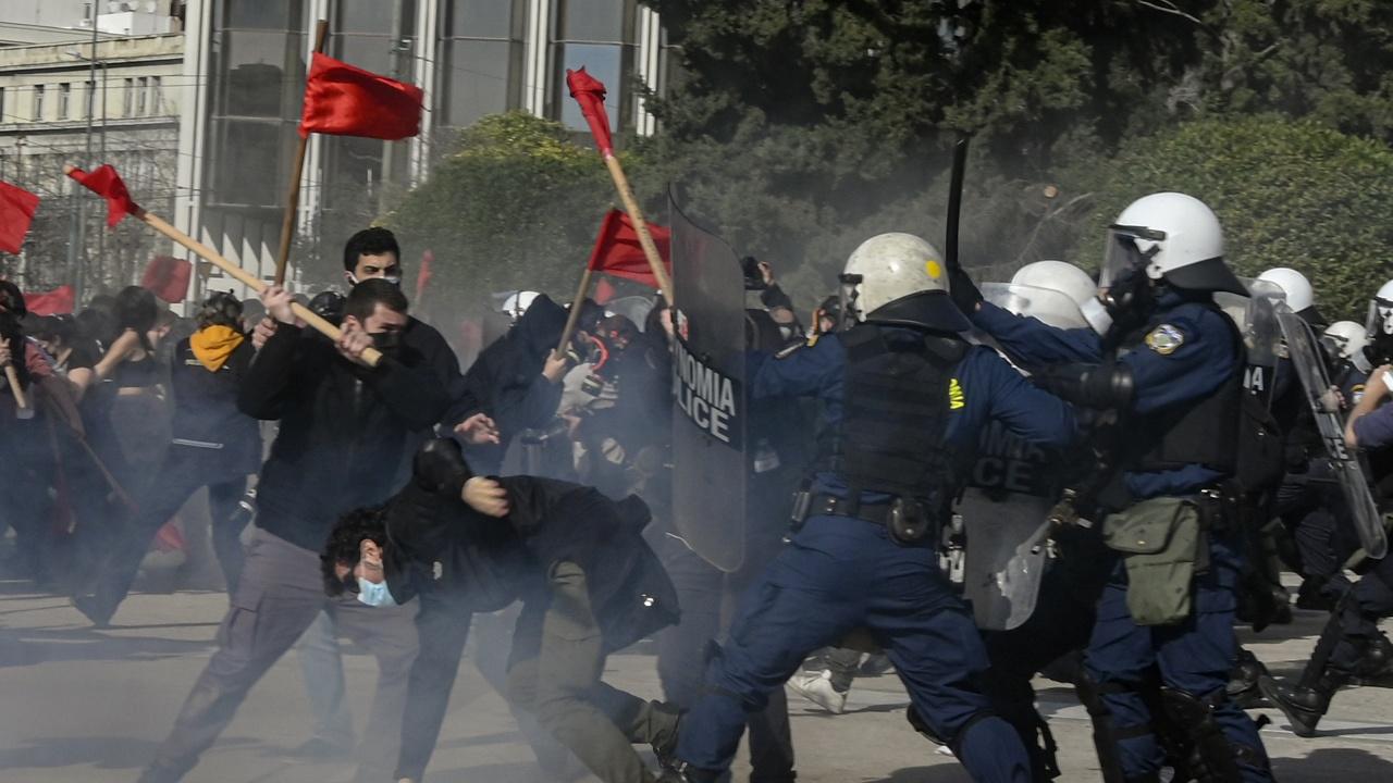 Гръцката полиция влезе в сблъсъци с протестиращи срещу ваксинацията в Атина
