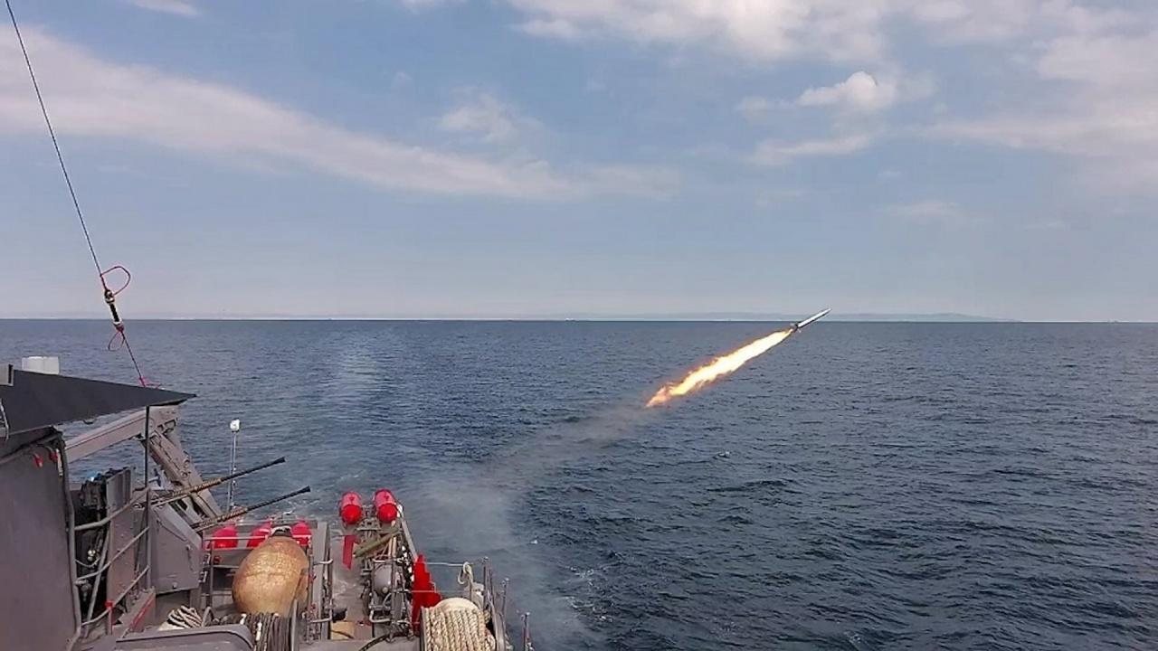 Военнослужещи от Флотилия бойни и спомагателни кораби провеждат тактически учения