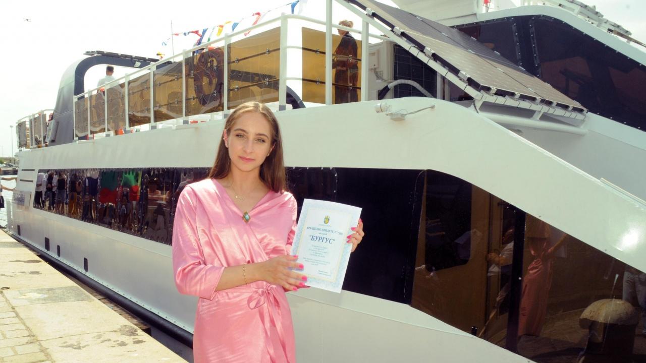 Златното момиче Стефани Кирякова стана кръстница на новия кораб на Бургас