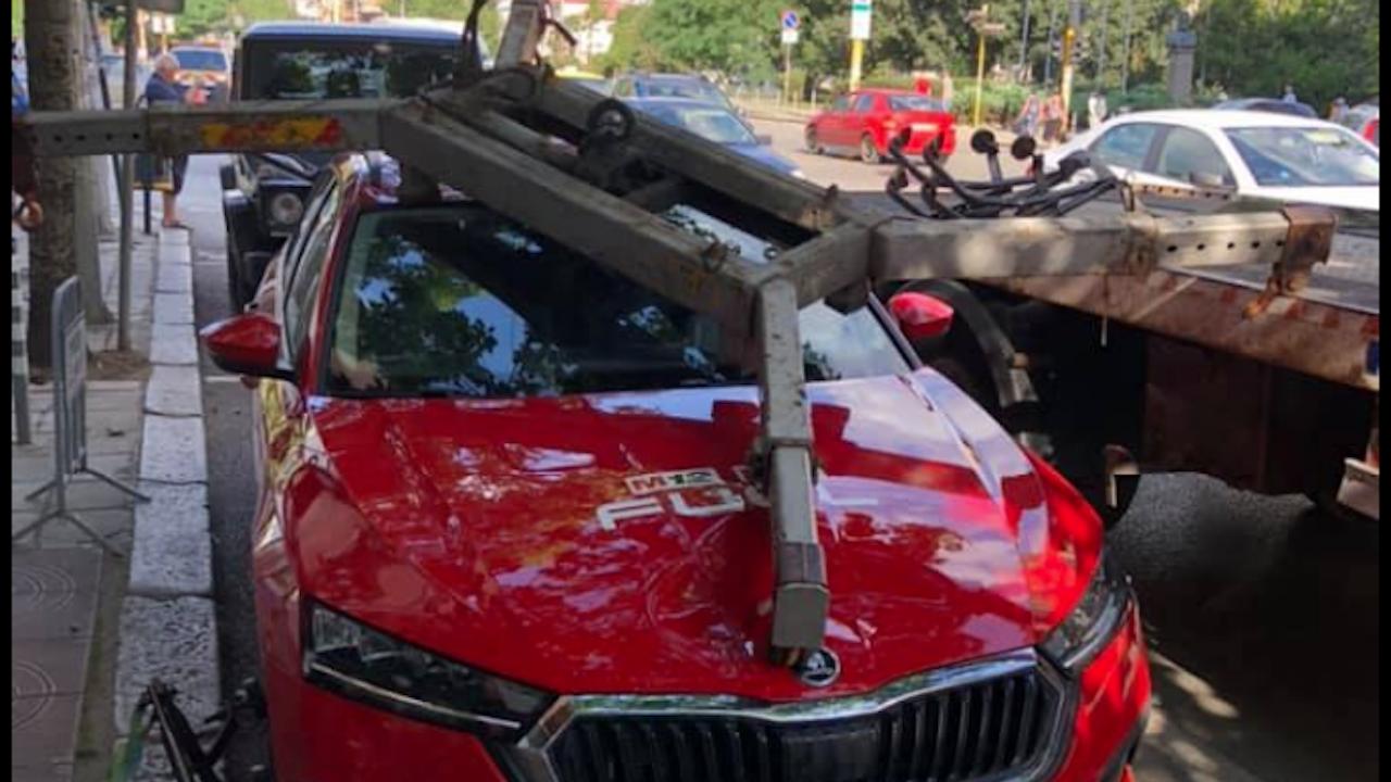 """""""Паяк"""" в София потроши кола, докато я вдига"""