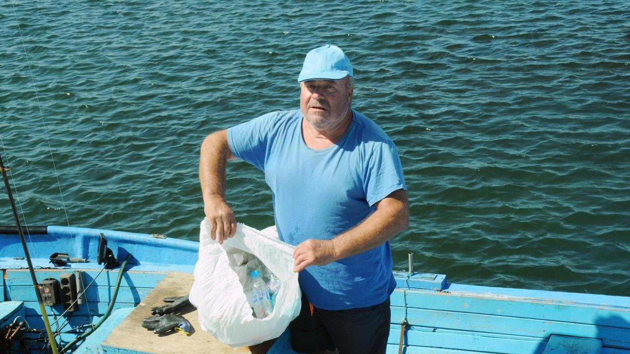 """Рибари се включиха в инициативата на Община Бургас """"Риболов на отпадъци"""""""