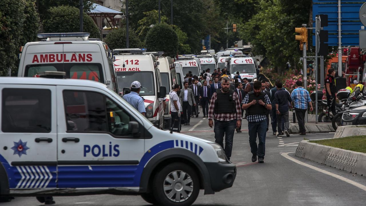 Миниван се вряза в автобусна спирка в Истанбул и рани няколко души