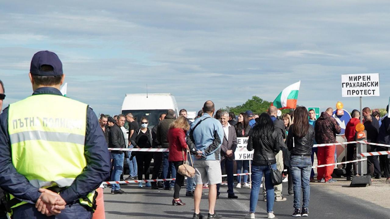 Жители на Кладница затвориха пътя Перник- София