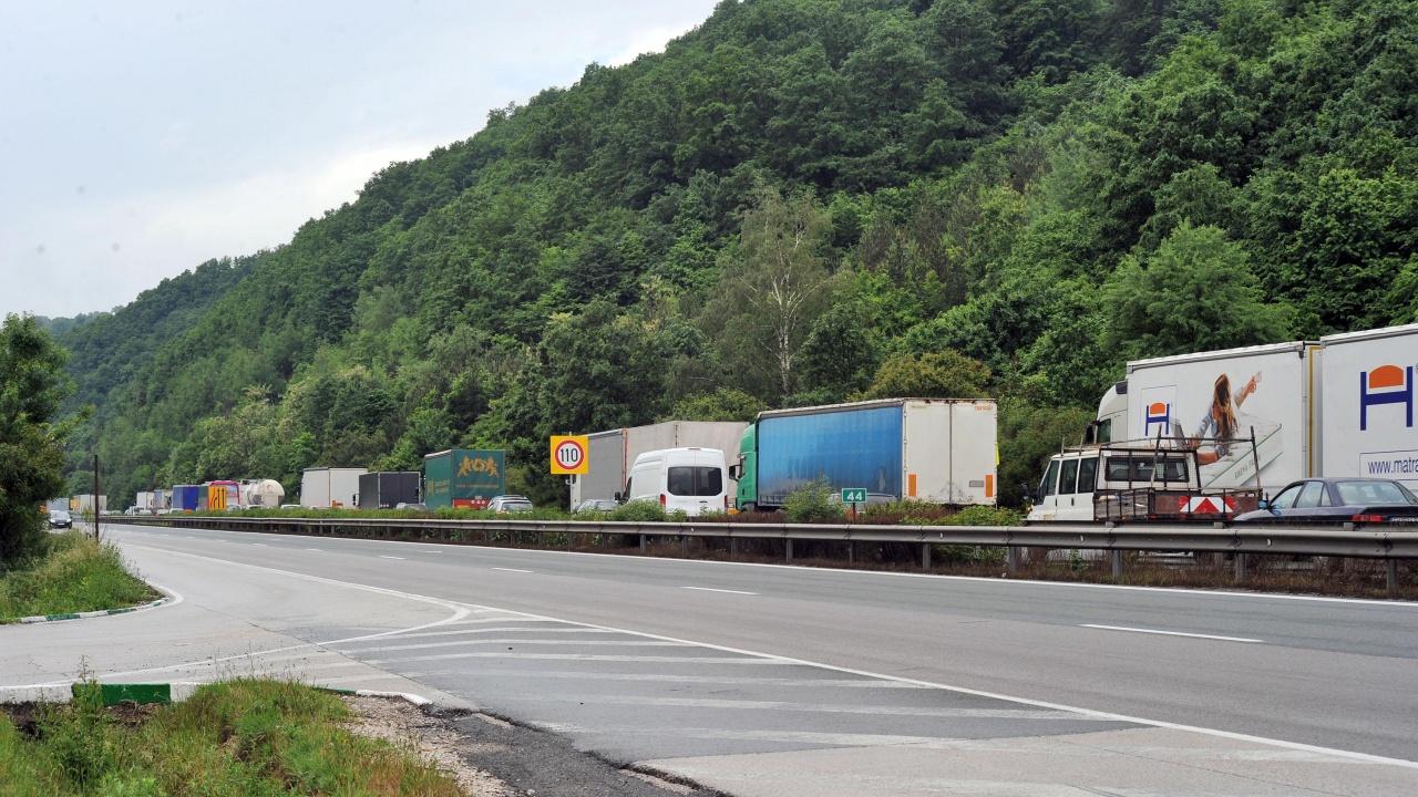 """Интензивен трафик по """"Хемус"""",  ограничава се движението за МПС над 12 тона"""