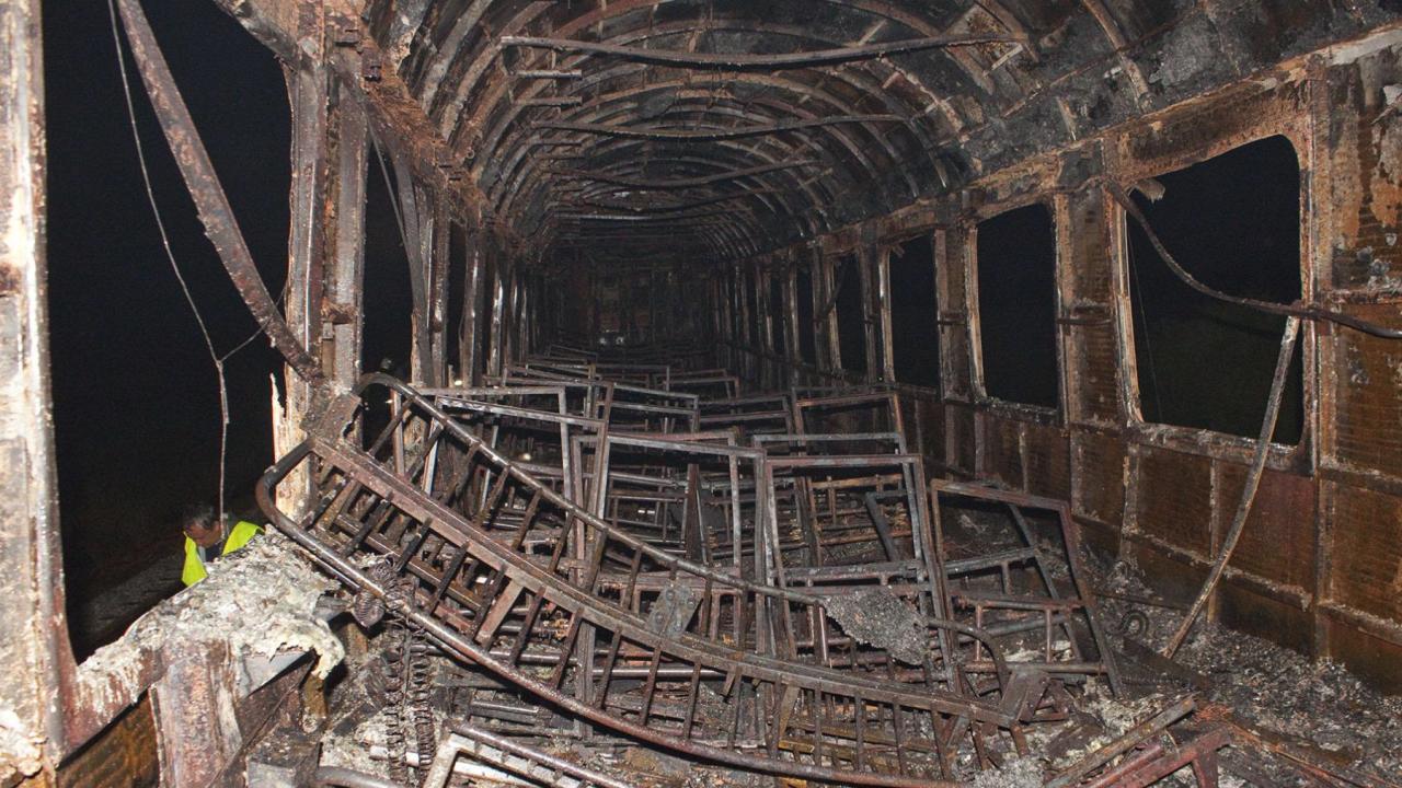 Вагон на пътнически влак горя на гара в Перник