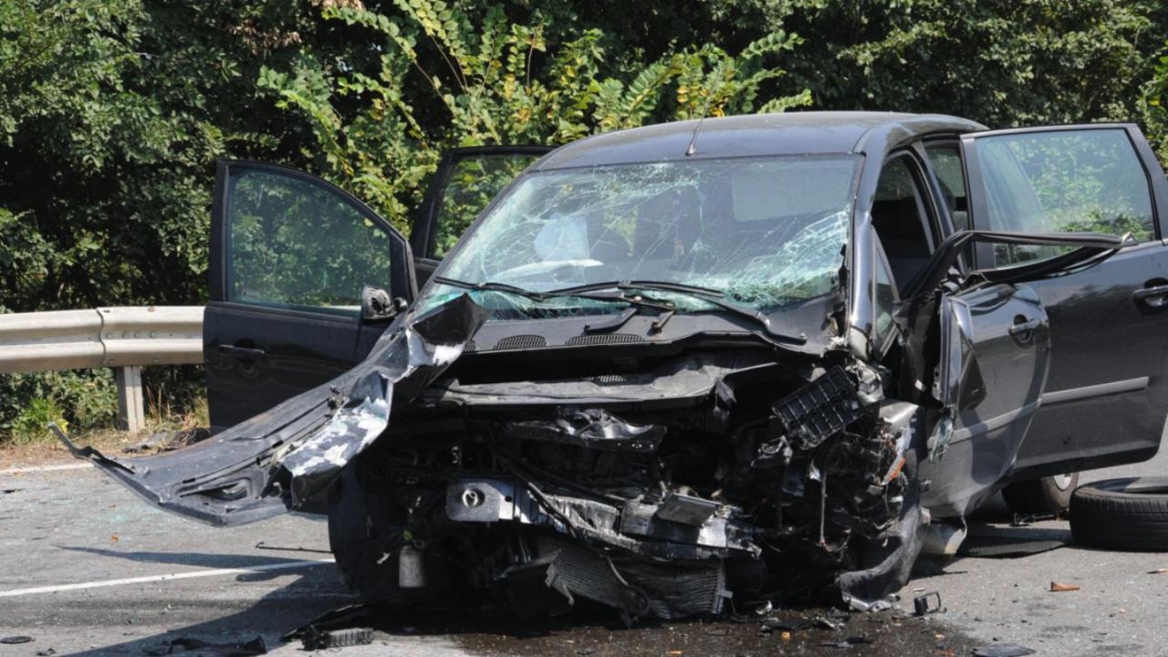 Тежка катастрофа затапи движението по пътя Велико Търново - Русе, пострадала е жена