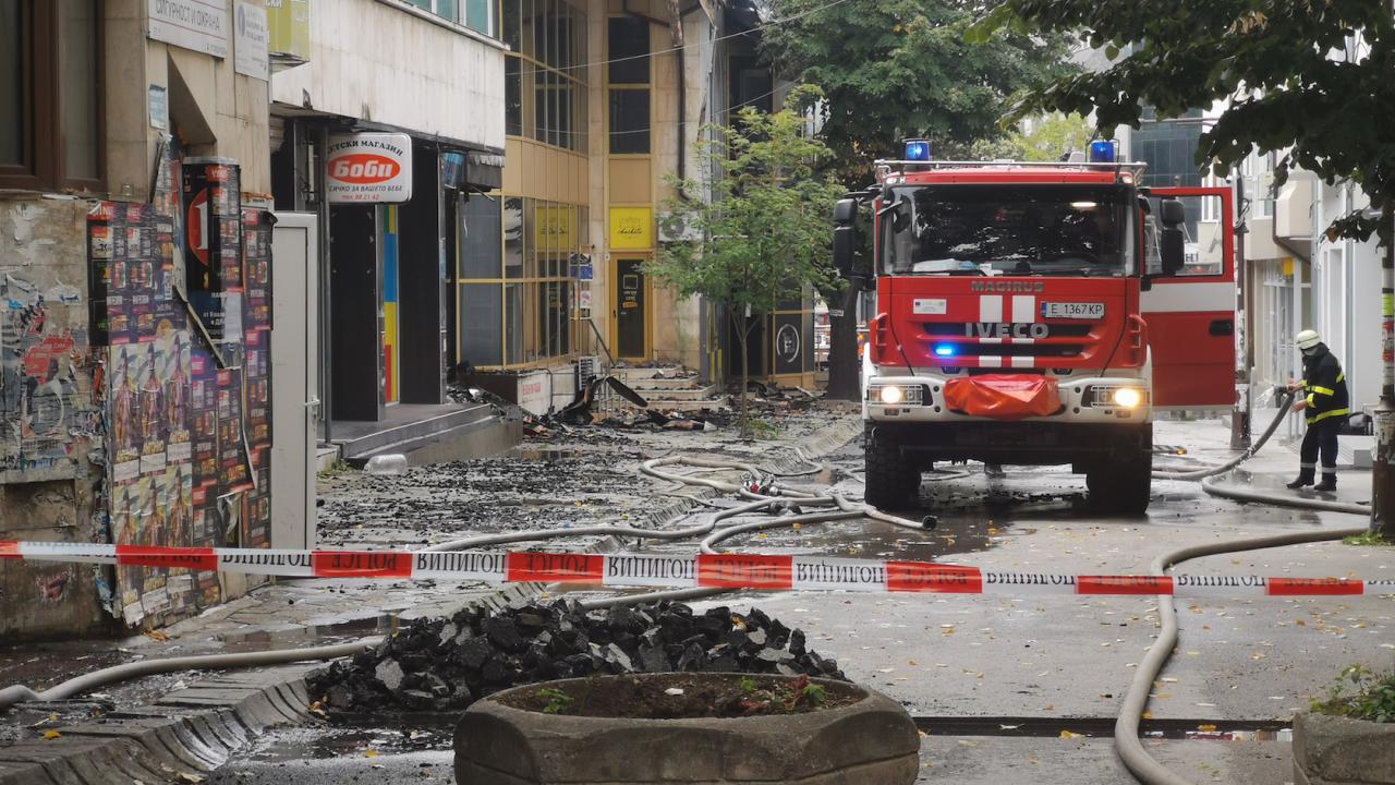 Емблематична сграда горя в центъра на Благоевград