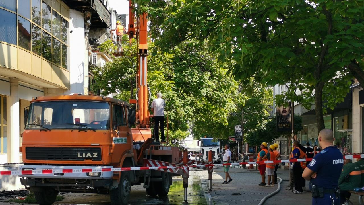 Разчистват останките от опожарената сграда в центъра на Благоевград