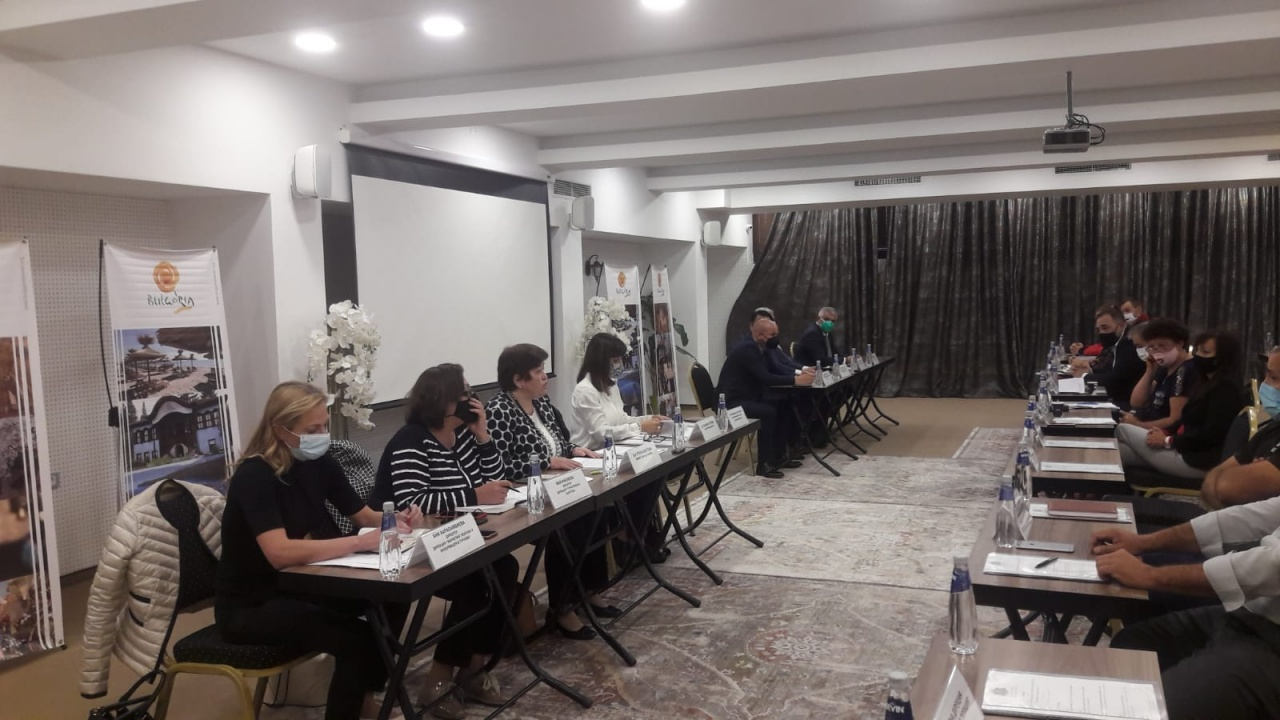 Стела Балтова обсъди неотложните мерки и действия за подготовката на зимния сезон на работна среща в Банско