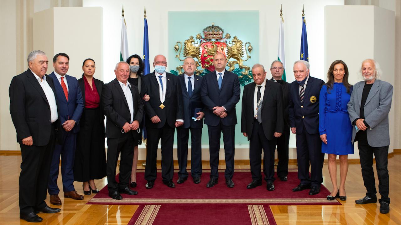 Президентът удостои с държавни отличия изтъкнати българи в областта на медицината, информационните технологии и отбраната