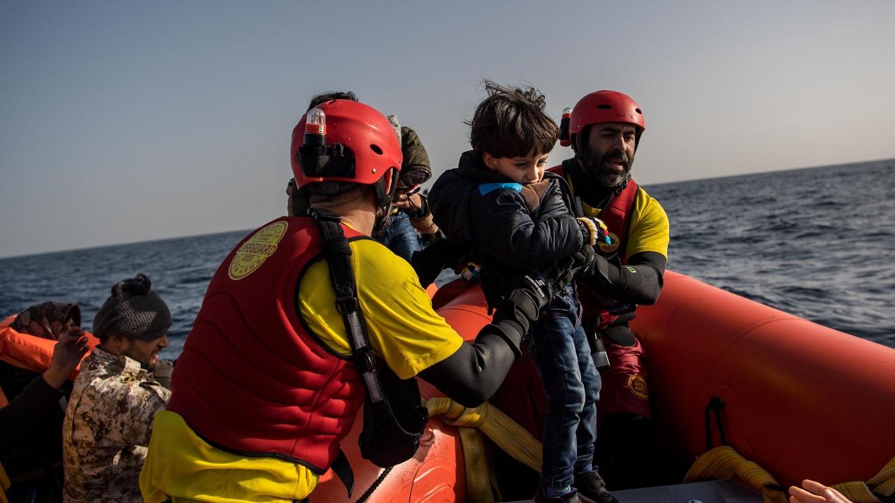 Италианската брегова охрана спаси бедстващи мигранти край брега на остров Лампедуза