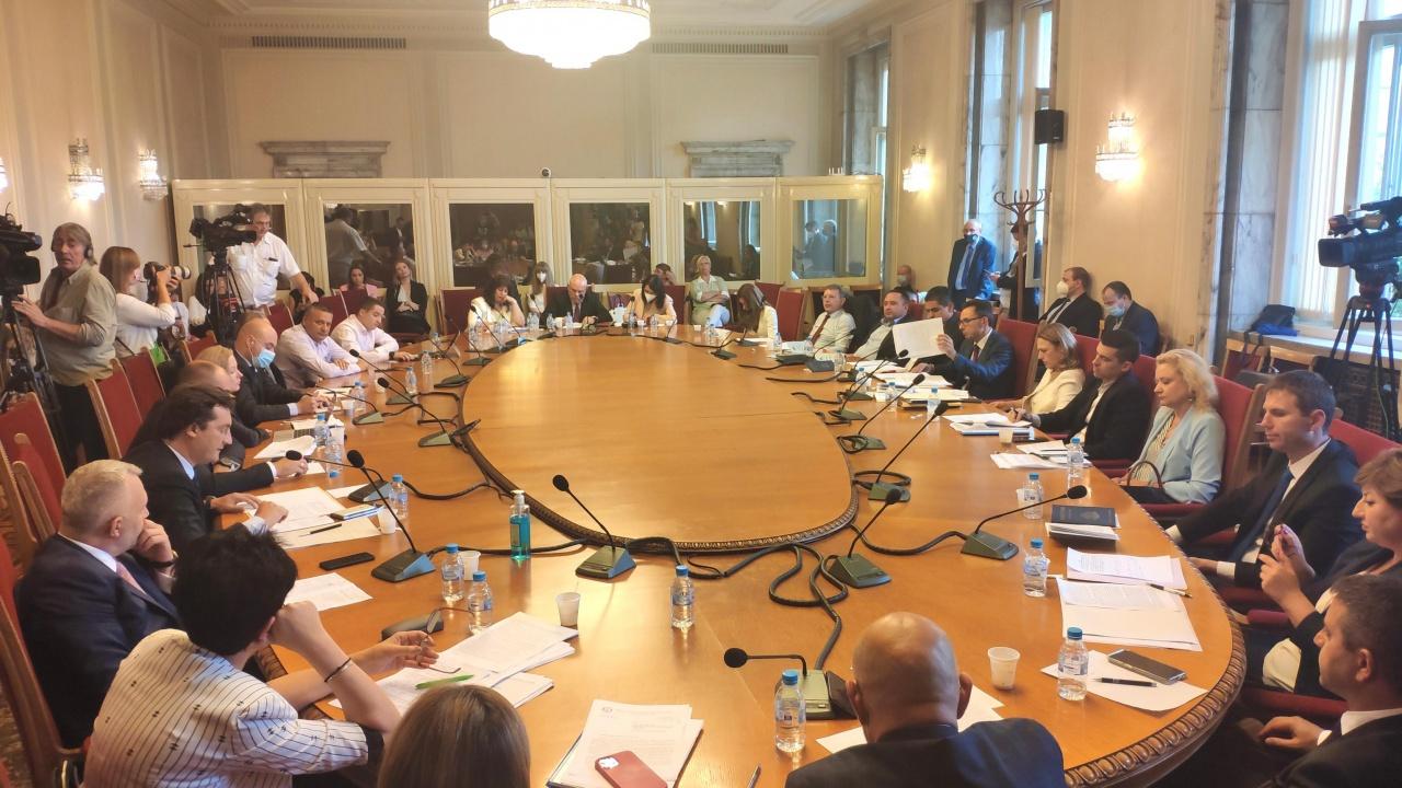 Нов скандал в НС: ГЕРБ и ДПС оспориха легитимността на заседанието на правната комисия