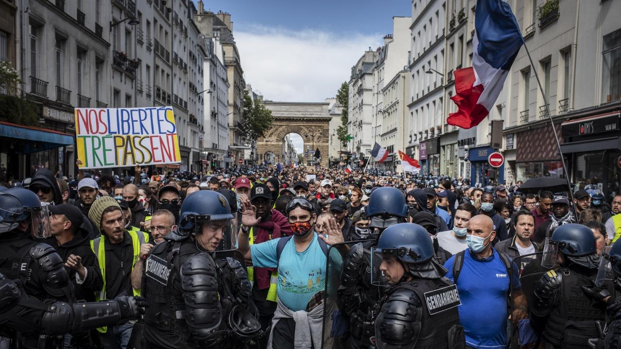 Франция: Над 120 хил. участници в протестите срещу COVID паспортите