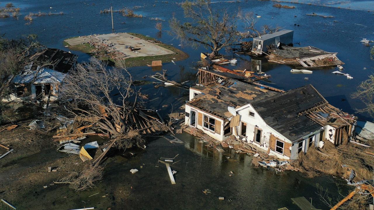 Ураганът Никълъс отслабна до тропическа буря, заля Тексас и Луизиана с дъжд