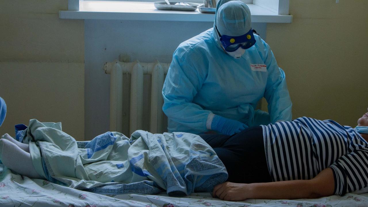От днес само ваксинирани медици могат да работят във Франция