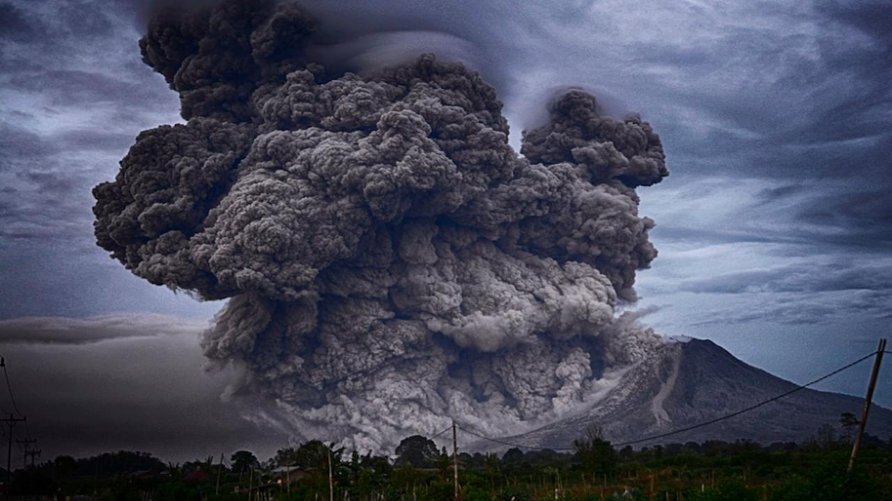 Япония издаде предупреждение за опасност след изригване на вулкана Отаке