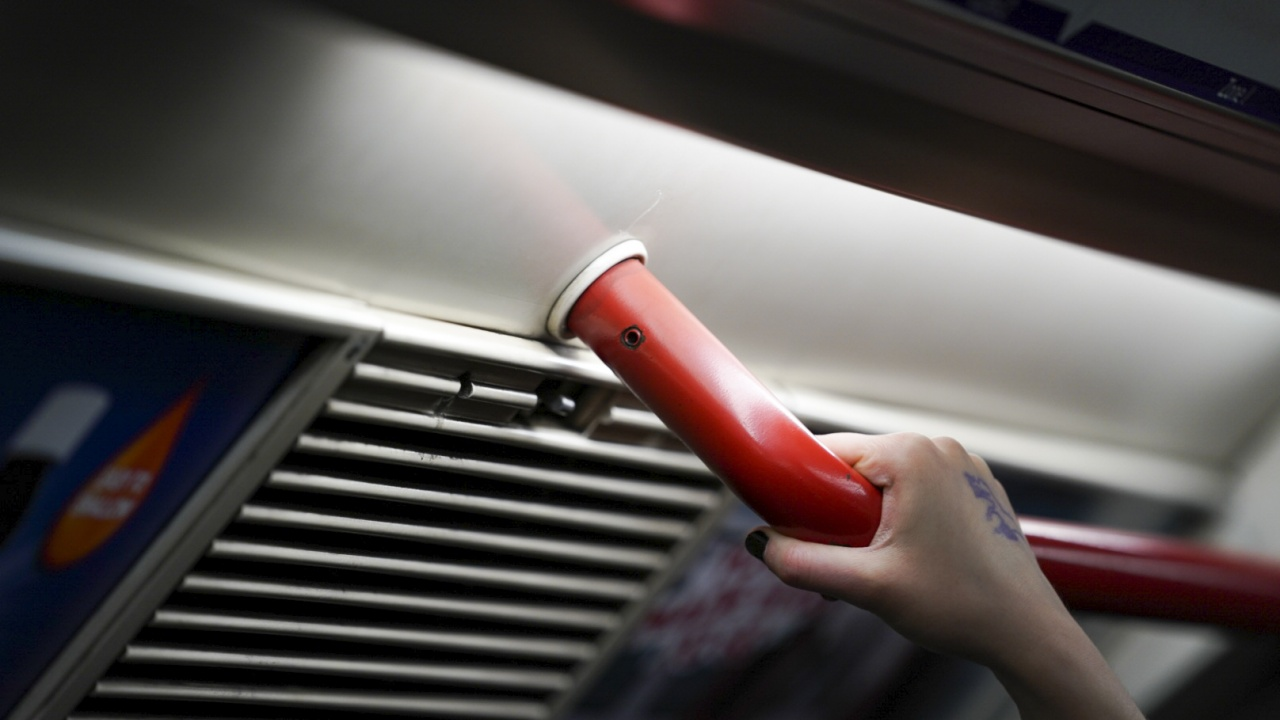Лондончани падат в метрото, не смеят да пипнат парапета заради COVID