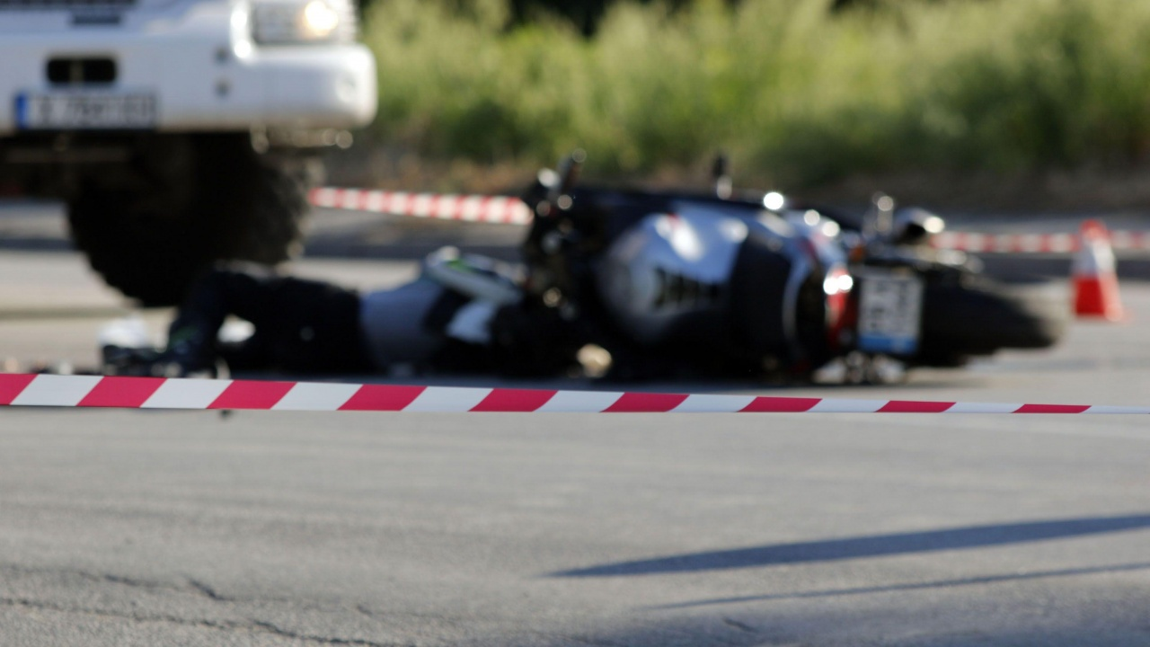 """Катастрофа между моторист и кола на """"Цариградско шосе"""" затруднява движението"""