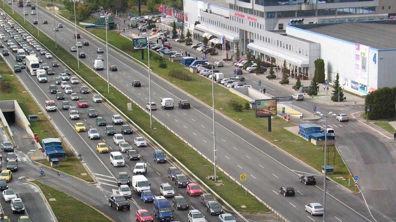 Хиляди автомобили потеглиха към изходите на София в петъчната вечер