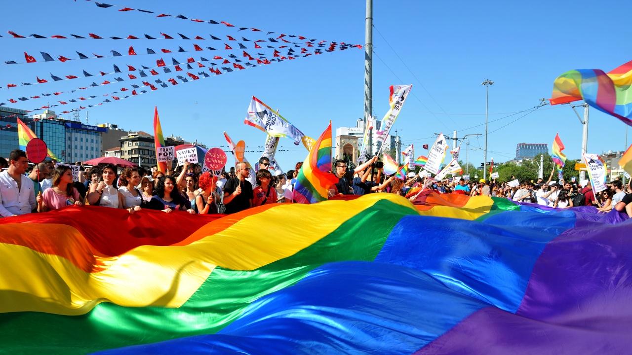 Шествие на ЛГБТ и акция на радикални националисти в Киев
