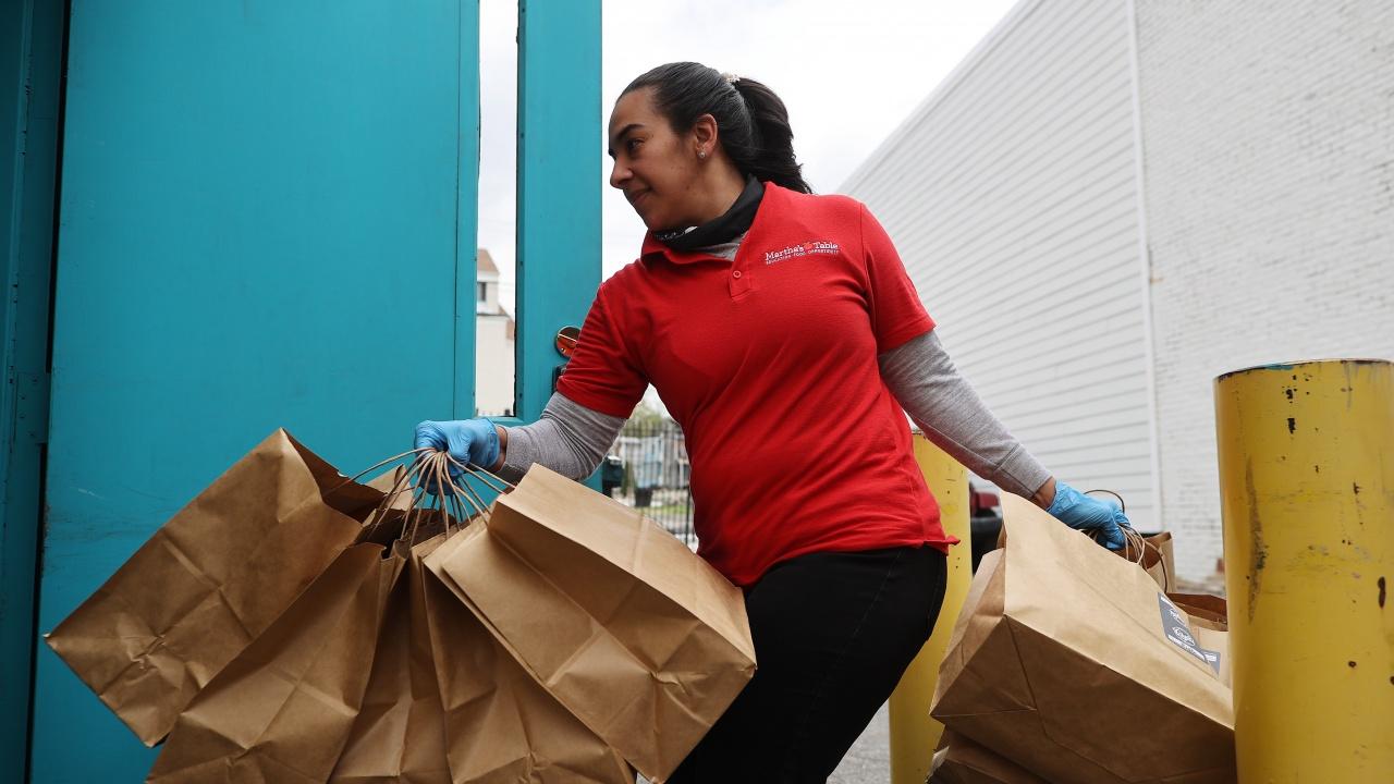 БЧК започва раздаването на пакети с 15 основни хранителни продукти